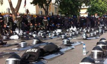 Today in Thailand, riot cops yield to peaceful protesters by removing barricades AND their helmets in a shocking gesture of solidarity. Image: Aallia, via Facebook